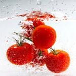 pomodori in grappolo in acqua